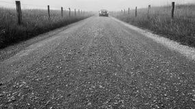 Um travelor em uma estrada do cascalho Fotos de Stock Royalty Free