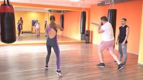 Um treinador individual das artes marciais ensina um homem e um encaixotamento da menina e uma autodefesa, desportista, caucasian video estoque