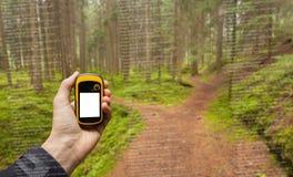 Um trekker está encontrando a posição direita na floresta através dos gps em um dia outonal nebuloso Fotografia de Stock