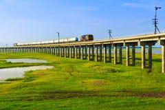 Um trem é ponte de cruzamento Foto de Stock Royalty Free