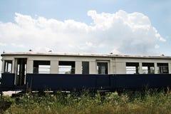 Um trem abandonado em um campo Fotografia de Stock