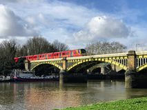 Um trem através da ponte de Richmond fotografia de stock