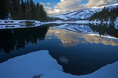 Um trem cruza um rio em Montana fotos de stock royalty free