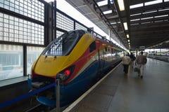Um trem de alta velocidade em um estação de caminhos-de-ferro Fotos de Stock