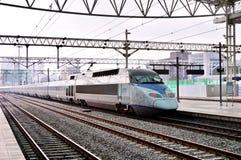 Um trem de bala de alta velocidade de KTX na estação de Seoul em Coreia do Sul fotografia de stock