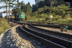 Um trem de mercadorias carregado com os recipientes no exterior é mover-se visto foto de stock