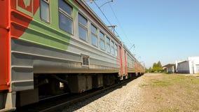 Um trem de passageiros na estrada de ferro em um dia ensolarado Imagens de Stock