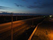Um trem de passagem no crepúsculo imagem de stock royalty free