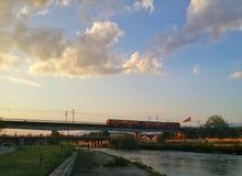 Um trem sob o céu nebuloso Foto de Stock