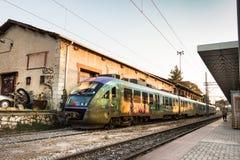 Um trem suburbano estacionou na plataforma de Larissa Train Station fotos de stock