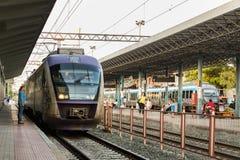 Um trem suburbano estacionou na plataforma de Larissa Train Station fotografia de stock royalty free