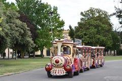 Um trem trackless leva turistas em uma excursão sightseeing Bardolino, Itália Fotos de Stock