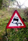 Um triângulo vermelho que conduz o sinal no lado da estrada fotos de stock