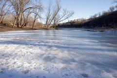 Um tributário que flui no rio Mississípi em Minneapolis, M Imagens de Stock