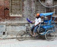 Um triciclo da equitação do homem na rua em Amritsar, Índia Imagem de Stock Royalty Free