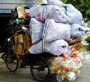 Um triciclo do lixo Imagens de Stock Royalty Free
