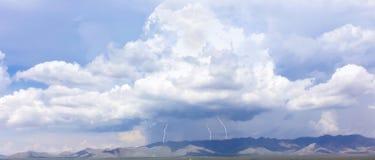 Um trio dos parafusos de relâmpago nas montanhas Imagem de Stock