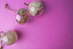 Um triree do vintage transparente de vidro do círculo pequeno casa-feito as bolas festivas bonitas decorativas de ano novo do mod imagem de stock royalty free