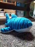 Um tubarão azul do bicho de pelúcia!!! fotos de stock royalty free