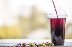 Um tubo de vidro com uma bebida da baga do verão Imagens de Stock