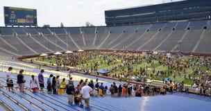 UM tłumu futbolowy czekanie wchodzić do pole Obrazy Stock