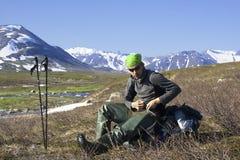 Um turista em uma parada nas montanhas Fotos de Stock Royalty Free