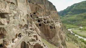 Um turista examina as vistas do monastério da caverna de Georgia Vardzia filme