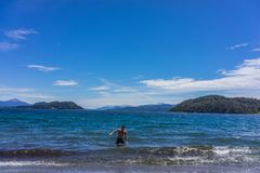 Um turista nas montanhas e nos lagos de San Carlos de Bariloche, Argentina imagens de stock