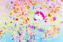 Um unicórnio branco com opinião superior do chifre e dos confetes do arco-íris foto de stock royalty free