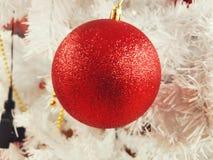 Um urso e presentes de peluche que embalam sob a árvore de Natal Imagem de Stock Royalty Free