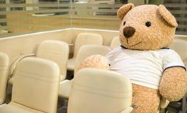 um urso enchido do brinquedo na área de espera fotografia de stock royalty free