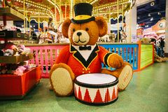 Um urso enorme com um cilindro feito de Lego imagem de stock royalty free