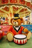 Um urso enorme com um cilindro feito de Lego fotografia de stock royalty free