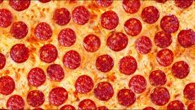Um vídeo da pizza de pepperoni do fundo em uma tabela de madeira footage filme