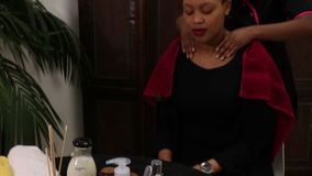Um vídeo de uma mulher que obtém feita massagens vídeos de arquivo