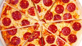 Um vídeo do fundo movente corta a pizza de pepperoni footage filme