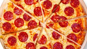 Um vídeo do fundo movente corta a pizza de pepperoni footage vídeos de arquivo