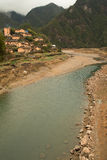 Um vale com vila e rio Fotografia de Stock