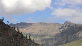 Um vale da montanha com neve e nuvens vídeos de arquivo