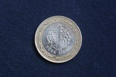 Um valor da moeda 1 lira turca está em um fundo escuro Fotografia de Stock Royalty Free