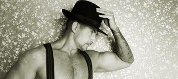 Um vaqueiro muscular em um chapéu de feltro Imagem de Stock Royalty Free