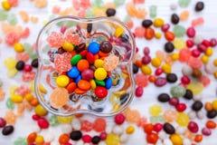 Um vaso quadrado transparente de doces coloridos misturados Foto de Stock Royalty Free