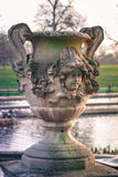 Um vaso sculptured bonito no jardim italiano em jardins de Kensington, Londres Imagem de Stock Royalty Free