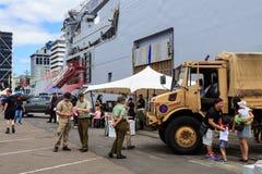 Um veículo de exército de Nova Zelândia na frente de um barco da Armada de Nova Zelândia imagens de stock