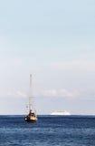 Um veleiro e um navio de cruzeiros no oceano Imagens de Stock