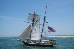 Um veleiro navega fora do porto às águas abertas do ` s do oceano Fotografia de Stock Royalty Free