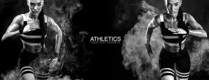 Um velocista atlético, fêmea forte, correndo no nascer do sol que veste no conceito da motivação do sportswear, da aptidão e do e foto de stock royalty free