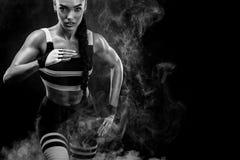 Um velocista atlético, fêmea forte, correndo no nascer do sol que veste no conceito da motivação do sportswear, da aptidão e do e fotos de stock royalty free