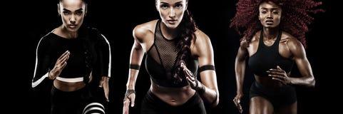 Um velocista forte atlético, das mulheres, correndo no fundo preto que veste na motivação do sportswear, da aptidão e do esporte foto de stock