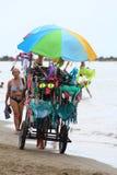 Um vendedor ambulante do roupa de banho na praia Imagem de Stock